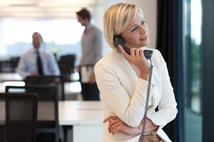 Kontakt Frau beim Telefonieren von Nitsch