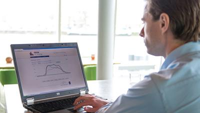 Fernüberwachung PRIVA TC Energy Mann am Laptop von Nitsch